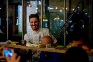 Chef Nicolas serveert een uitgebreide kaasplank.